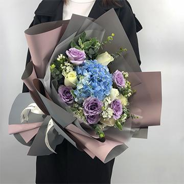 暖暖的愛-11支混色玫瑰+1支繡球混搭