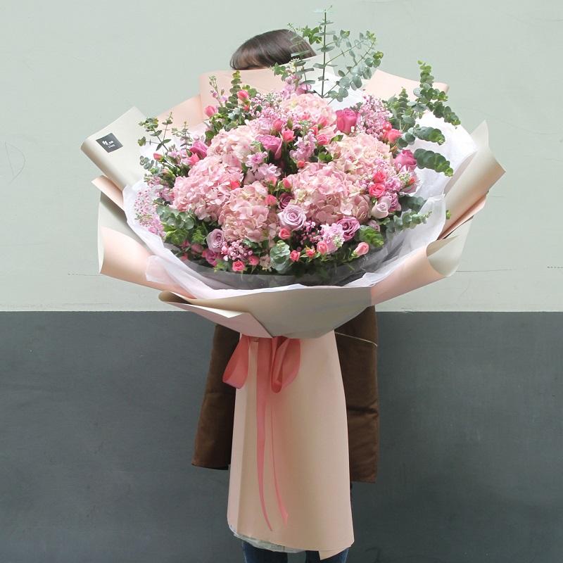我和老婆结婚5周年送什么花会让她开心?