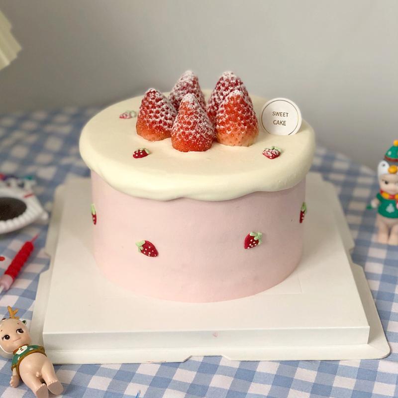 可爱风草莓鲜奶蛋糕