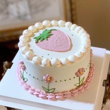 复古风小草莓主题奶油蛋糕